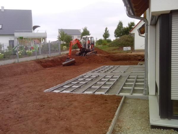 Außenanlage mit Unterkonstruktion für Holzterrasse