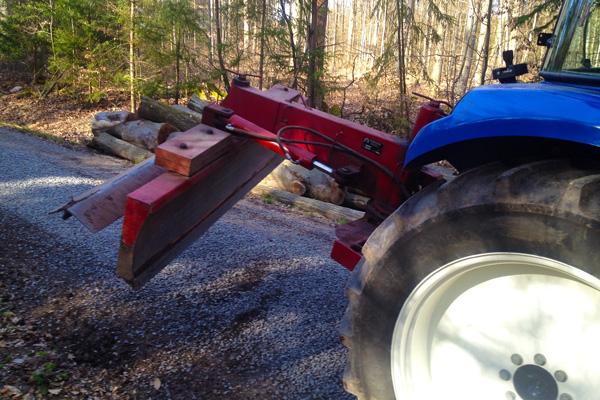 Waldwegepflege mit hydraulischem Planierschild