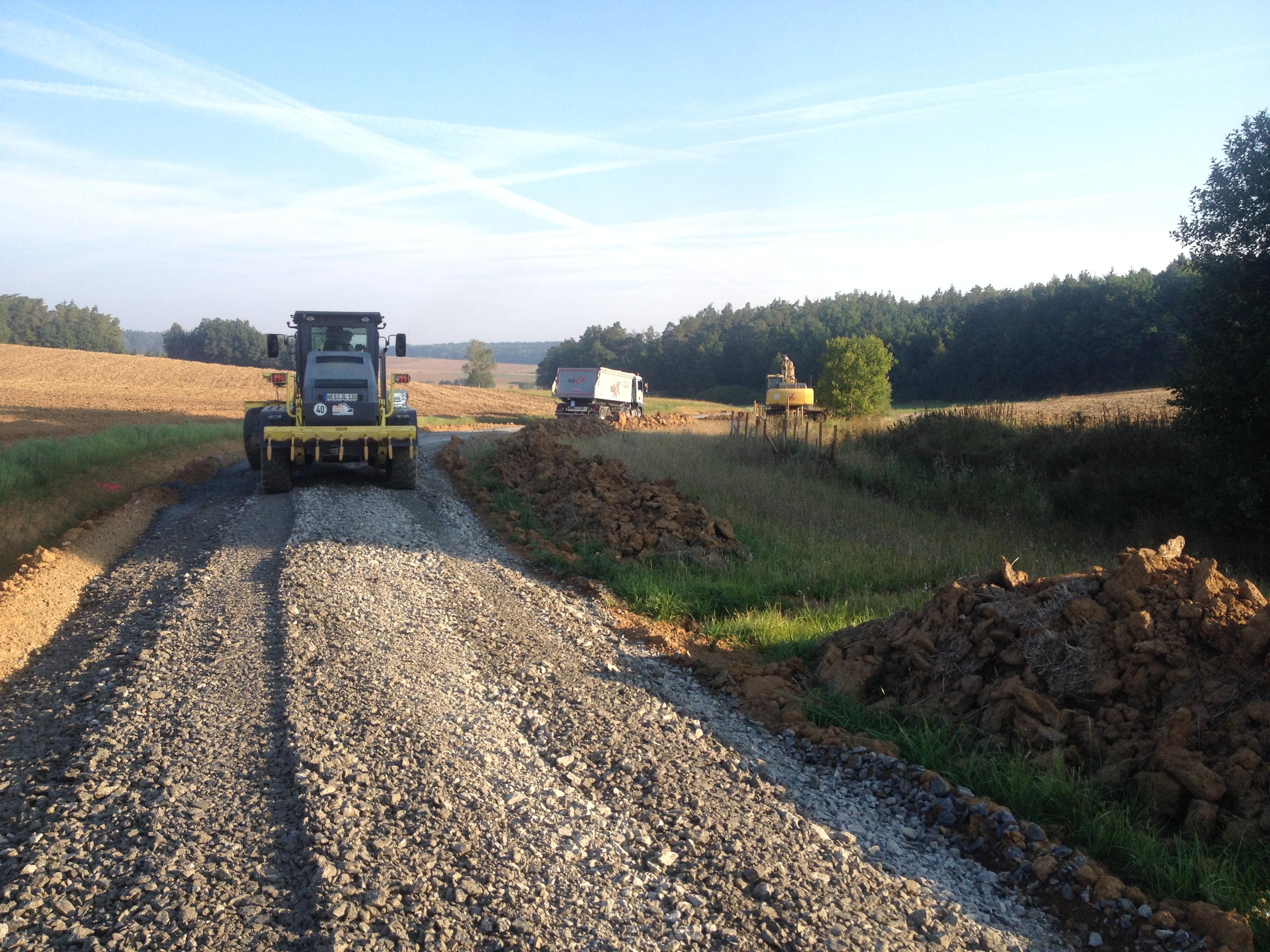 Grader beim Neubau eines Feldweges