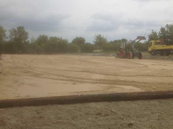 Reitplatzarbeiten - Einebnen der Sandschicht
